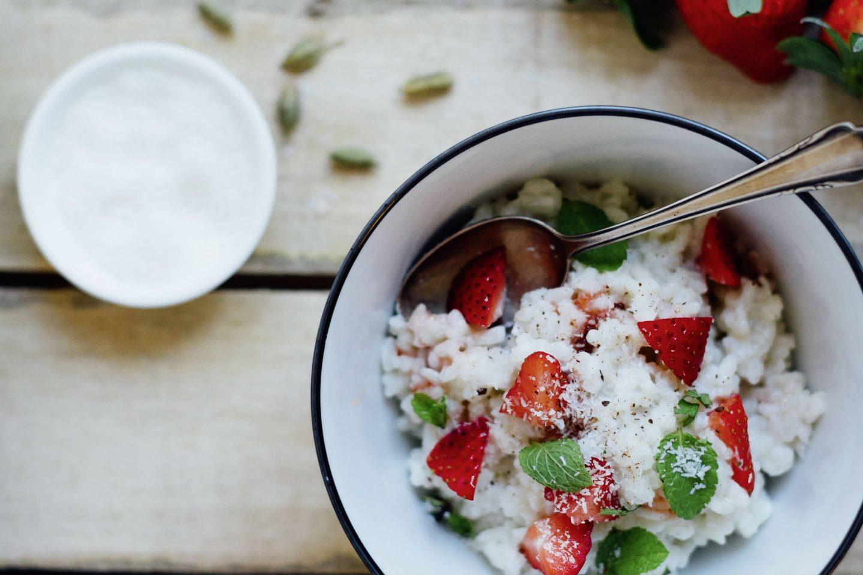 Kokosmilchreis mit Cardamom und Erdbeeren