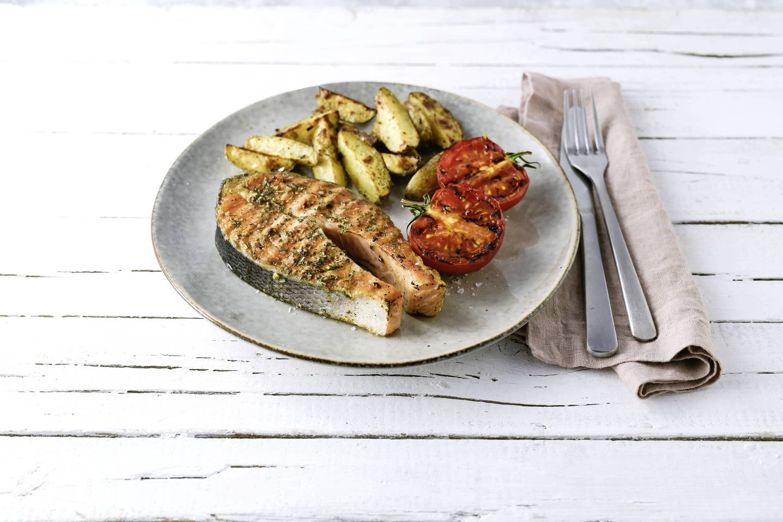 Lachssteak mit grill-fisch, grilltomaten und Kartoffel-wedges