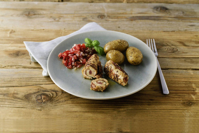 Grill-Gefluegel Involtini mit Kartoffeln und Tomatensalsa