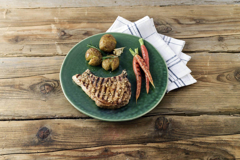 Grill-kotelett Schweinskotelett mit Apfel-Honig-Marinade, Grill-Karotten und Quetschkartoffeln