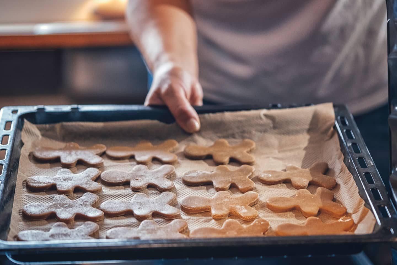 Lebkuchenmänner auf Backblech