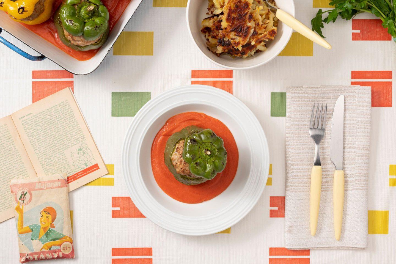 Ardei umpluți cu carne tocată asezonată cu măghiran și sos de tomate.