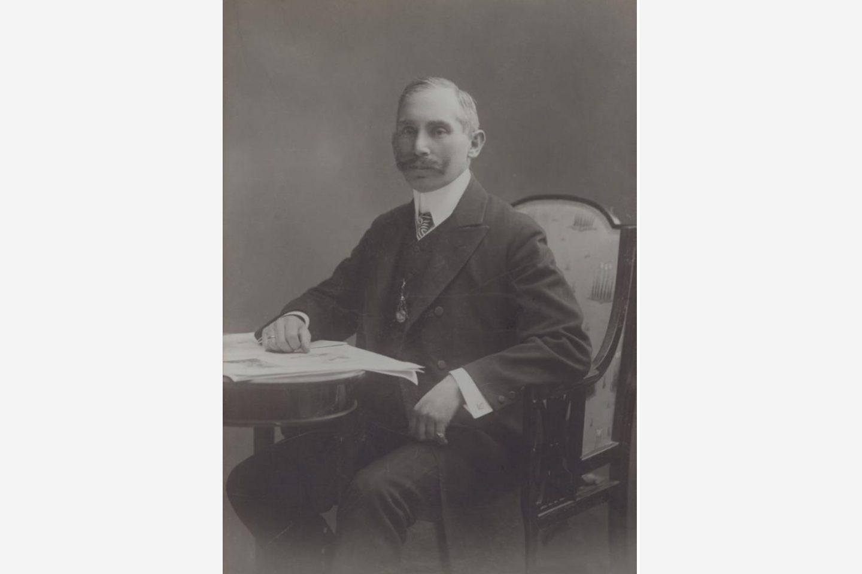 Fotografie alb-negru: Un portret cu János Kotányi în 1881