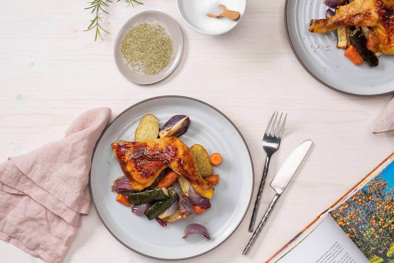 Pui cu rozmarin cu legume coapte alături de ambalajul actual de rozmarin.