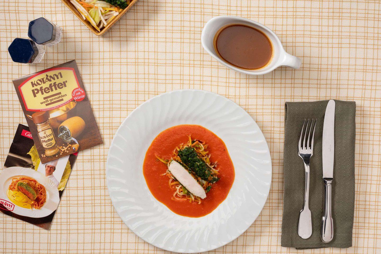 Spate de iepure cu sos de smântână și boia de ardei dulce și legume, alături de ambalajul pentru piper alb.